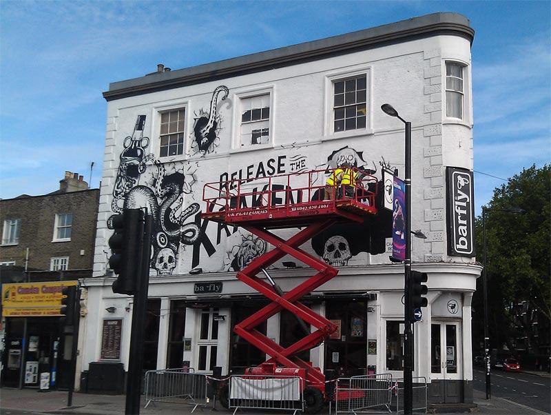 Fasadeskilt males i London 2013