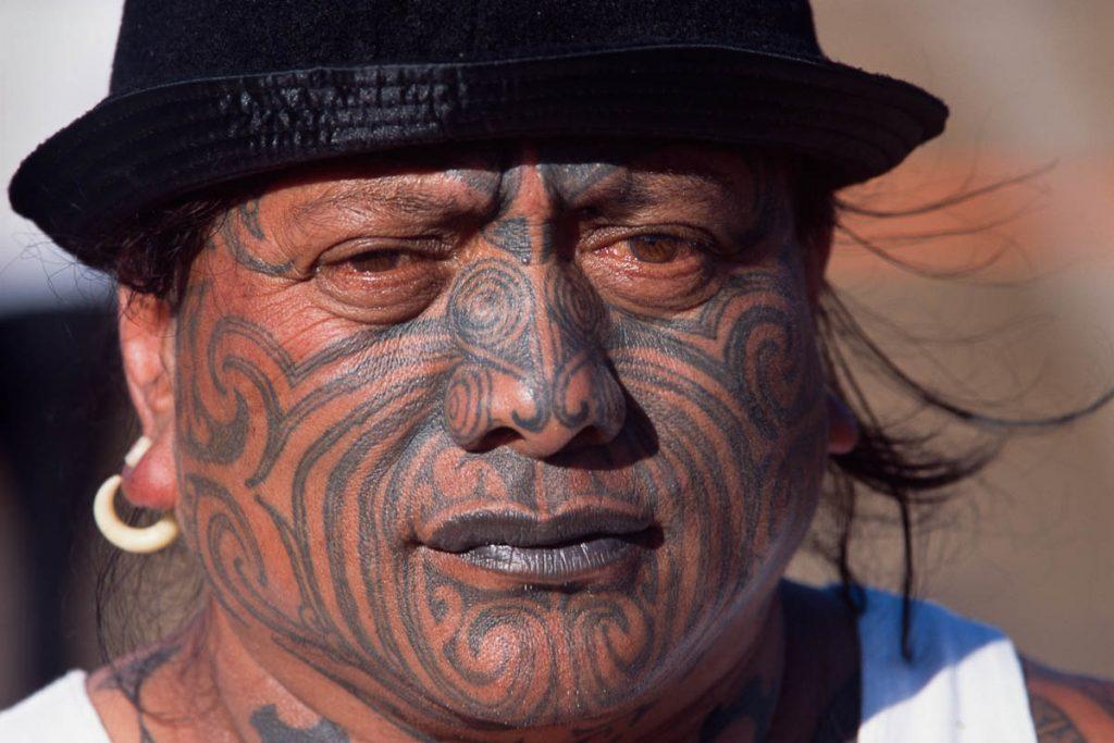 Tame Iti, maoriaktivist med en sjelden nåtids .Som alle moderne utgaver er denne utført med standard elektrisk maskin. Foto: Jean-Claude Coutausse
