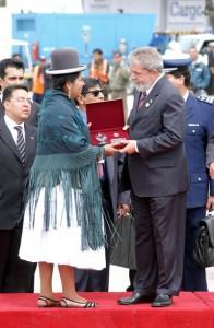 (Tidligere) president Lula i Brasil får hilse på en indianerkvinne i Peru