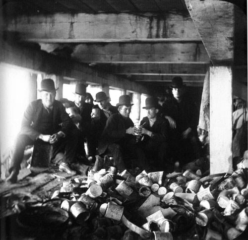 """Høy og lav: e Short Tail Gang. Photographed from the Police Boat"""" New York 1887. Av den dansk-amerikanske fotografen og samfunnsreformatoren Jacob A Riis."""
